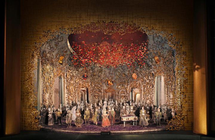 Giuseppe Verdi: La Traviata - scéna z druhého dejstva opery v novej produkcii Michaela Mayera Photo: Met Opera Technical Department